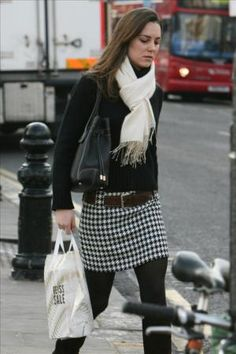 Black sweater, white scarf, houndstooth skirt and black tights. Do this in reverse with houndstooth top? White Skirt Outfits, Winter Skirt Outfit, Casual Winter Outfits, Fall Outfits, Black Dress Shoes, Black Tights, Look Fashion, Winter Fashion, Fashion Outfits