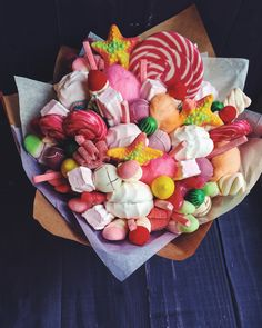 Sweet bouquet candy bouquet liyka Food Bouquet, Mother's Day Bouquet, Gift Bouquet, Sweet Bouquets Candy, Candy Bouquet, Candy Arrangements, Edible Bouquets, Candy Pop, Sweet Box