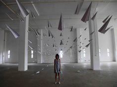 Instalación artística de aviones de papel. | Quiero más diseño