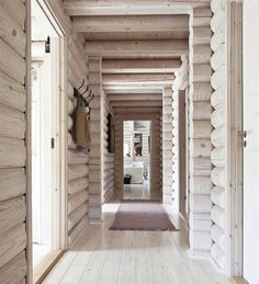 Here's a new, modern spin on rustic cabin style. Log Cabin Living, Log Cabin Homes, Cabin Design, Modern House Design, Design Design, Cabina Exterior, Log Cabin Exterior, Modern Log Cabins, Small Modern Cabin