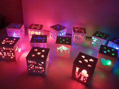 25 souvenirs con luz quince bautismo comunion cumple 15 años. Caja de madera calada de 8 x 8 x 8 cm con luz led con interruptor que funciona a pila Neon Party, Fiesta Party, Diy Arts And Crafts, Paper Crafts, Homemade Wedding Favors, Google Drive, Happy B Day, 15th Birthday, 15 Years