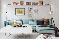 A difícil arte de fazer uma decoração moderna com um sofá azul claro. livingroom / sala de estar @decorebadesign from www.decorebadesign.com