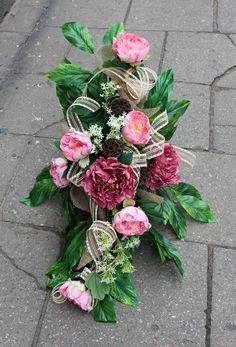 Wiązanka nagrobna w naczyniu; sztuczne kwiaty, dodatki