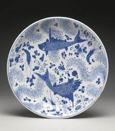 JP: A BLUE AND WHITE 'FISH AND WATERWEED' DISH QING DYNASTY, KANGXI PERIOD