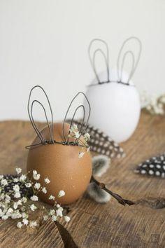 Ein Ei bekommt Hasenohren. Einfach aus einem Draht Ohren biegen und über das Ei legen. Sieht nett aus.