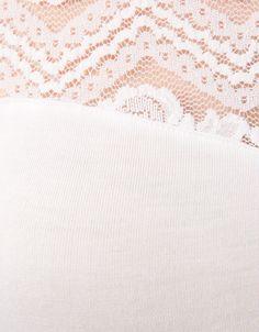 Koszulka z rękawem 3/4 i koronkową aplikacją.  Odkryj to i wiele innych ubrań w Bershka w cotygodniowych nowościach