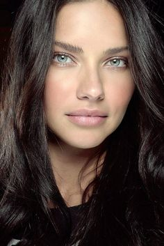 Adriana Lima, blaue Augen, Haare, Make-up, Schönheit fillers kiss natural shape women lipstick Beauty Kit, Beauty Hacks, Beautiful Eyes, Beautiful Women, Beauty Regime, Oily Hair, Ingrown Hair, Beauty Trends, Beauty Routines