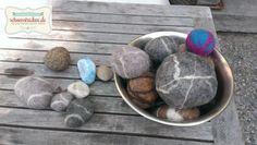 Gefilzte Steine! Das geht ganz leicht und ist ein tolles DIY Projekt für Kinder. Ein tolles Gefühl, mit der feuchten Wolle und dem Seifenwasser zu arbeiten. Mein Tipp: Kleine Exemplare sind schneller fertig ;-) Textiles, Cool Kids, Wool, Felting, Handmade, Inspiration, Easter, Ocean, Tutorials