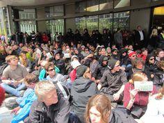 Blockupy Zeil: Sitzblockade in der Frankfurter Einkaufszone