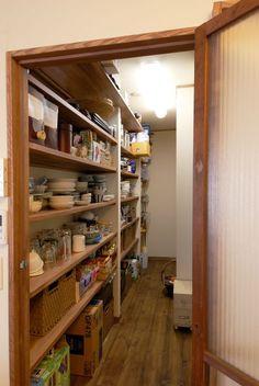 納戸 Minimalist Kitchen, Kitchen Pantry, Storage Organization, Home Interior Design, Bathroom Medicine Cabinet, Liquor Cabinet, Tiny House, Sweet Home, New Homes