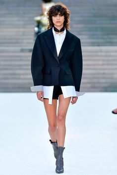 Louis Vuitton desfilou blazer com mangas bufantes.