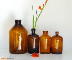 Déco Vintage ... Ancien flacon apothicaire en verre ambré * Pot pharmacie ... www.muluBrok.fr ... Brown Bottles, Amber Glass Bottles, Glas Art, Ambre, Vases, Pots, Deco Table, Different Shapes, Decoration