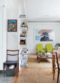 A decoração inspiradora de um publicitário que ama velejar e garimpar móveis vintage. Confira a matéria para descobrir ideias lindas.