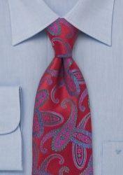Los hombres elegantes saben qué corbata llevar en cada ocasión. Este modelo rojo con paisley es de fiesta. La corbata está tejida con seda y procesada manualmente.