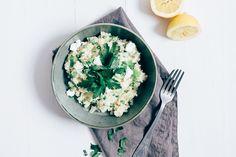 Deze bloemkool risotto is lekker licht. Als basis gebruik ik namelijk bloemkool rijst. Dat is niets meer dan geraspte bloemkool.