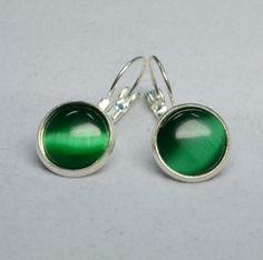"""Diese wunderschönen Ohrringe bestehen aus selbstgemachten Perlenschmuck, bei dem Brisuren mit wundervollen grünen """"Cat Eyes Cabochons"""" verarbeitet wurden."""