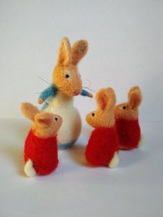 felt art Rabbits are made from high quality wool. Inside the rabbit mom there is a wire glory that gives you the ability to adjust the legs as you wish. The eyes are made of glass. Needle Felted Animals, Felt Animals, Needle Felting, Tiny Bunny, Bunny Rabbit, Christmas Animals, Felt Christmas, Beatrix Potter, Pet Mice
