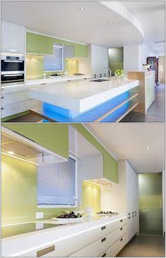 Décoration de cuisine avec des petits lampes sous les armoires