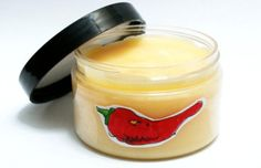 Ve skleněné odměrce smícháte chilli olej a 7 gramů vosku. Odměrku dáte do vodní…