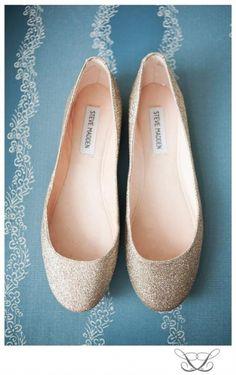 Tanto si somos mas altas que el novio, no estamos acostumbradas a los tacones o simplemente queremos cambiarnos de calzado para el baile aqui os dejo 39 inspiraciones para vosotras. Porque llevar plano el dia de tu voda no significa que seas menos