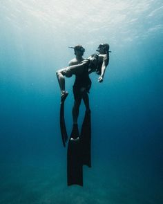 Photo of The life :: Amazing phozps of diving cpuple in very clean des . Under The Water, Under The Sea, Underwater Photos, Underwater Photography, Pesca Sub, Albion Fit, Photos Of The Week, Photomontage, Scuba Diving