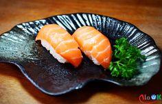 Những nắm cơm nhỏ bé được đặt trên là những lát cá hồi mang màu cam, màu của cảm xúc. Những hương vị được mang đến vị giác qua con đường ẩm thự, nơi mà chúng ta cảm nhận được mùi vị cách tốt nhất.