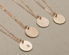 Kleine Gold Circle Halskette gehämmert Textur / von LayeredAndLong