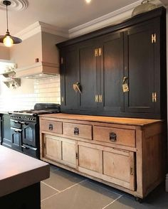 Modern Kitchen Interior black rustic kitchen natural wood and black cabinets - Kitchen Furniture, Kitchen Interior, New Kitchen, Kitchen Ideas, Kitchen Black, Kitchen Wood, Kitchen Layout, Antique Kitchen Cabinets, Floors Kitchen