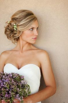 Todas las novias quieren estar preciosas el día de su boda y en ello juega un papel vital el peinado escogido. Hay muchos estilos para elegir, pero los recogidos suelen ser los peinados más seleccionados por las novias.