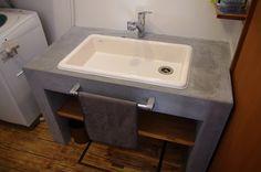 お施主様こだわりの実験用流しを使った  モルタル塗り仕上げの洗面台です。   鏡、タオル掛けはお施主様支給品です。  床は木ではなく限りなく木の素材感のある塩ビタイルです。