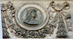 Medallón con el busto de Santa Teresa, única mujer en la fachada de la Biblioteca Nacional de Madrid. Fotografía de Carlos Viñas