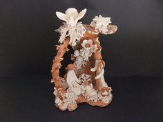 GRANDE PRESÉPIO EM CERÂMICA «POMBA» Grande presépio em cerâmica, moldado em barro branco e vermelho, por ceramista de Barcelos.   Dimensões: 27x20x15 cm http://www.custojusto.pt/lisboa/coleccoes/grande-presepio-em-ceramica-pomba-20310608