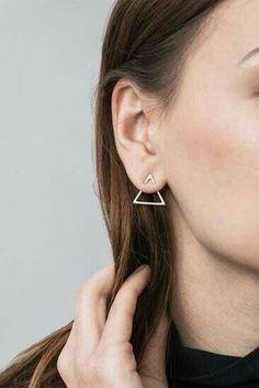 Trending Ear Piercing ideas for women. Ear Piercing Ideas and Piercing Unique Ear. Ear piercings can make you look totally different from the rest. Bijoux Design, Schmuck Design, Jewelry Design, Minimalist Earrings, Minimalist Jewelry, Minimalist Fashion, Minimalist Style, Minimalist Clothing Brands, Minimalist Beauty