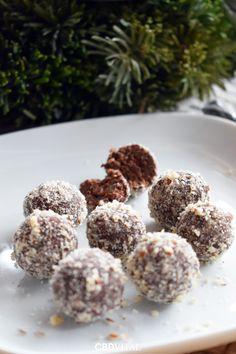 Zutaten: ✔120g Schokolade ✔120g Datteln ✔20g Hanfsamen ✔40g Kokosflocken ✔ 30g Haselnüsse gemahlen ✔½ kl. Flasche Rum Aroma ✔8 Tropfen CBD Öl 5% 🍫 Zubereitung: Die entsteinten Datteln in einer Küchenmaschine zerkleinern. Nebenbei die Schokolade im warmen Wasserbad zum Schmelzen bringen und 8 Tropfen CBD Öl 5% untermischen. Alle Zutaten zusammenfügen und zu einem Teig verkneten. Diesen etwa 20 Minuten rasten lassen. Aus dem Teig ca. 30 Kugeln rollen und diese in gemahlenen Nüssen wälzen 🎄 Superfood, Protein, Cereal, Breakfast, Hemp Seeds, Coconut Flakes, Complete Nutrition, Food Food