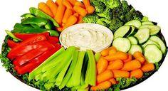 Verduras, hortalizas y frutas -  Dentro de este grupo se incluyen gran variedad de alimentos que constituyen partes muy distintas de las plantas. Por ejemplo, las espinacas, acelgas, endibias, lechuga o perejil son hojas; las coles de Bruselas, brotes de hojas. Cuando comemos espárragos comemos el tallo y las hojas; las patatas ...