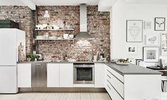 Keuken met bakstenen muur