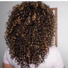 Wonderful Totally Free Natural Curly Hair highlights Concepts It's a widespread real truth: women of all ages together with adhere immediately head of hair rea Highlights Curly Hair, Ombre Curly Hair, Colored Curly Hair, Natural Wavy Hair, Short Wavy Hair, Curly Hair Tips, Ombre Hair Color, Dyed Hair, Curly Hair Styles