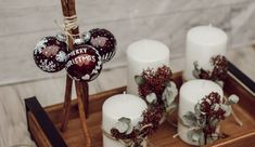 DIY: Adventskranz aus Illex und Eucalyptus | daisiesandglitter Christen, Skimmia, Cake, Desserts, Diy, Food, Advent Season, Christmas Time, White Candles