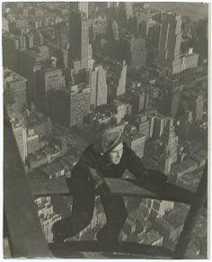 Construction photos of the Empire State Building are pretty rad. The construction of the Empire State Building started on March 1930 and ended on May 1 Empire State Building, Old Pictures, Old Photos, Lewis Wickes Hine, Lunch Atop A Skyscraper, Karl Blossfeldt, Lee Friedlander, Robert Frank, Diane Arbus