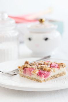 Rhubarb cheesecake with almond streusel