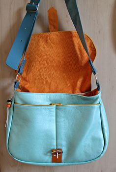 Encore une.   c'est qui qui coud? Messenger Bag, Sewing Projects, Satchel, Boutique, Inspiration, Fashion, Handmade Crafts, Backpacks, Sacks