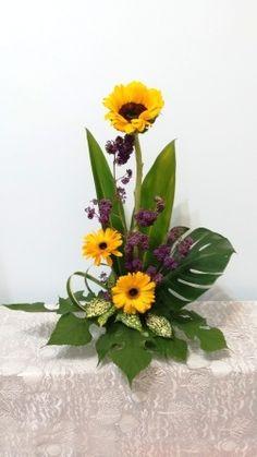 Sunflower Floral Arrangements, Creative Flower Arrangements, Flower Centerpieces, Flower Decorations, Sympathy Plants, Sympathy Flowers, Ikebana, Diy Flowers, Paper Flowers