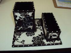 Porta canetas e clips floral com aplique de gato. R$20,00