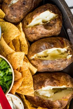 A delicious Baked Potato Dinner Board with all your favorite toppings, perfect for a casual party! Serve a hot bowl of chili in the center! Russet Potato Recipes, Easy Baked Potato, Baked Potatoes, Chili Toppings, Potato Dinner, Hamburger Casserole, Herb Butter, Food Platters
