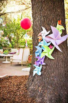 Windrädchen selber machen und Gartenbäume dekorieren