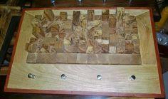 Perchero de madera de encino negro (roble) con fresno y marco de pino entintado.
