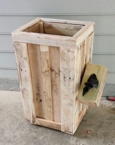 built a trashcan with bag dispenser out of old pallets