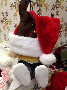 Irmi Irmchen probiert eine Weihnachtsmütze.