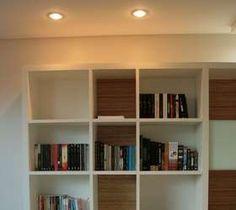 Os nichos fazem as vezes de prateleiras para os livros. Projeto de MZ Arquitetas. Informações: (61) 3041-8826 Foto: MZ Arquitetas