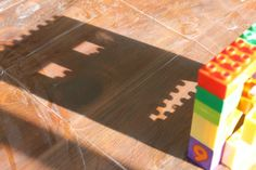 Building and tracing shadows with blocks - what great learning activities for toddlers and preschool Science Activities For Kids, Toddler Learning Activities, Preschool Science, Creative Activities, Toddler Preschool, Science Area, Shadow Art, Shadow Play, Art Classroom